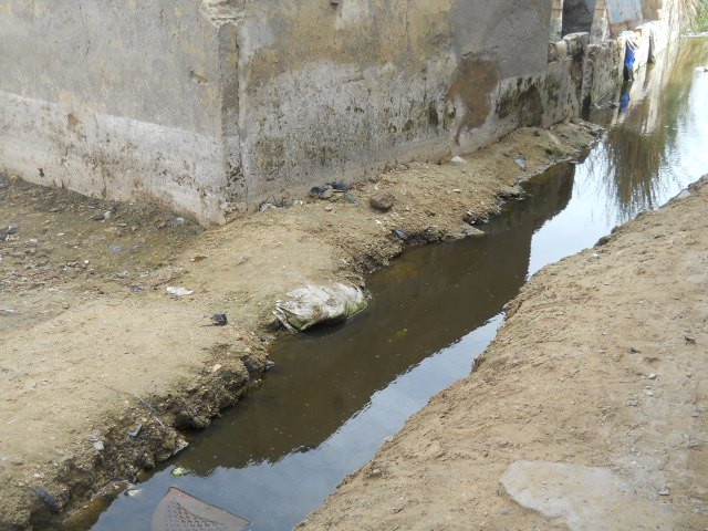 Open air canals dug by residents, 16/07/2012